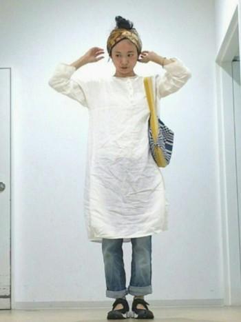 スカートとターバンのカラーを合わせたコーディネートは、全体にまとまり感が。柄のバッグは、ナチュラルな着こなしに絶妙なアクセントをプラスしてくれます。