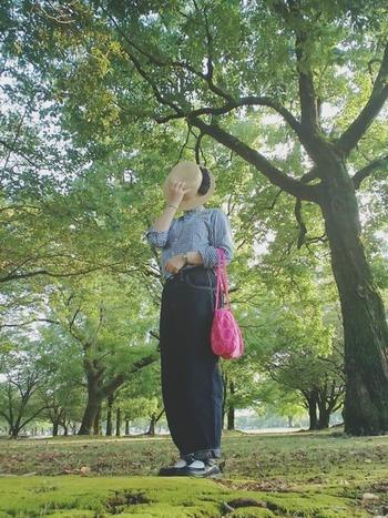 様々な個性的なテキスタイルで作られている「mina perhonen」のバッグは、優しく朗らか。パンツなどカジュアルなアイテムとの相性も良く、どこか少女のような雰囲気に。
