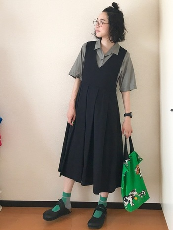 一見初心者さんには難しいと思われるグリーンのソックスですが、履けばぐっとナチュラルな雰囲気に。重くなりがちな黒のワンピースの足元にアクセントを。
