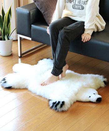 ふわふわの白クマちゃんがお部屋をお洒落に着飾ってくれます。天然のムートンを長毛で使用しているから驚くほどの暖かさ!寒いときには保温し、暑いときには放湿するので、意外にも1年を通して使えるアイテムになっています。