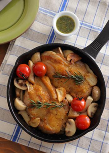 鶏もも肉をきのこと一緒にスキレットで焼きあげるだけのシンプルレシピ!仕上げにお好みでハーブソースをかけても美味◎