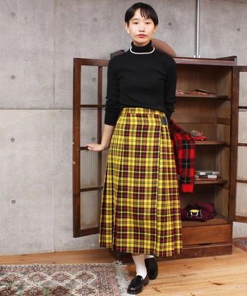 いつもの装いを一新したいなら、チェック柄の主役級スカートに挑戦。トップスやシューズをブラックで揃えれば、華やかかつ知的なシンプルスタイルが完成♪