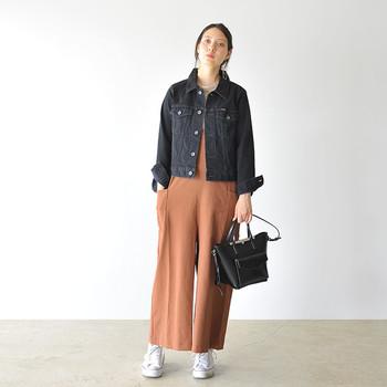 Gジャン&スニーカーの定番カジュアルは、かっちりとした台形バッグで女性らしさをひとさじ。直線的なラインが、ラフな着こなしをグッとアーバンに導きます。