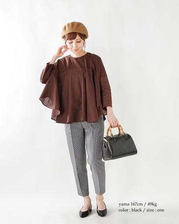 王道のボストンバッグは、バンブーハンドルを選ぶのが大人の選択。装いの高級感が生まれ、手元の華やかさもアップ!
