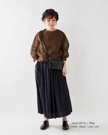 ボディラインにスッと馴染むスリムなポシェット。ボリューミーなトップス×スカートの組み合わせも、スマートな印象に仕上げてくれます。