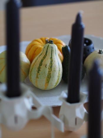 ハロウィンの時期になると、かわいらしいかたちのおもちゃかぼちゃがお花屋さんの軒先に並ぶようになります。おもちゃかぼちゃは、観賞用に作られたもので食用ではありません。いくつも飾ることでハロウィンの雰囲気を醸し出してくれます。