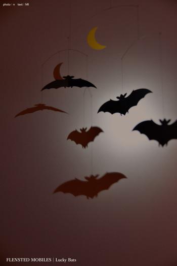 コウモリのモビールは壁に映った影さえも素敵。深夜の窓辺に吊るしておきたくなるインテリアアイテムです。