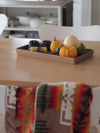 食卓の上にいくつかのアイテムを飾るときに、トレイはとても便利なアイテム。そのまま飾ってしまうと、乱雑な印象になりがちですが、トレイに載せるだけでひとつのコーナーとしてしっかりと独立します。