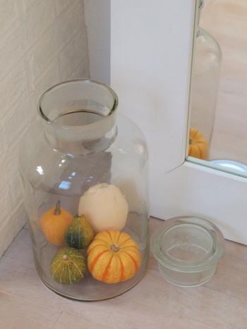 大きなガラスの瓶におもちゃかぼちゃをゆったりと詰め合わせています。素朴な印象のとても素敵なインテリアですね。ガラスに閉じ込めることで、ひとつの空間として仕切られ、お部屋に馴染みやすくなっています。