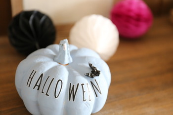 かぼちゃに色を塗ってから、転写シートを使ってハロウィンの文字をアレンジ。子どもと一緒にハロウィンアイテムを作るのは、とても楽しい時間です。子どもが小さいうちしか味わえない大切な時間です。