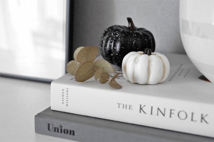 大きさの違う白と黒のかぼちゃを一緒にアレンジ。短めにカットしたユーカリの葉を添えると、すこしナチュラルな印象をプラスすることができますね。
