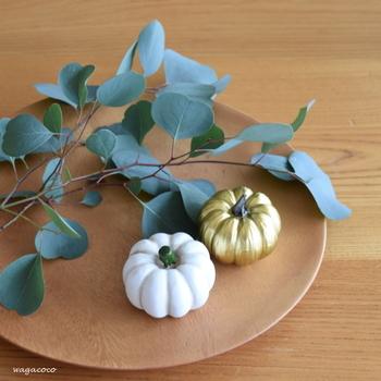 白とゴールドのかぼちゃはなんと100円ショップのアイテムだそう。白とゴールドの組み合わせは子どもっぽくない煌びやかさを演出してくれます。