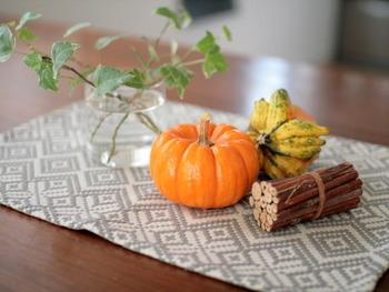 ダイニングテーブルの上にちょこんとかぼちゃをアレンジ。かぼちゃはどんな向きに置いても様になるので、テーブルの中央も飾りやすい定番スポットです。