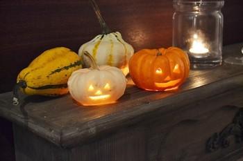 こちらはかぼちゃを自分でくりぬいたDIYの作品です。ちいさいカボチャを使うときは、できるだけシンプルなラインにするとうまくカットできます。