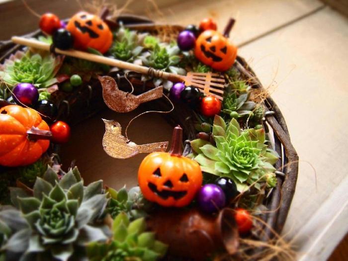 ハロウィンアイテムは色味も華やかで、ひとつ取り入れるだけで場の雰囲気をぐっと盛り上げることができますよね。飾りすぎると、ポップになりすぎてしまうので、バランスよく飾ることがとても大切です。今年の秋は、いつものインテリアにさりげなくハロウィンのエッセンスを加えた、シンプルなハロウィンインテリアを楽しんでみませんか?