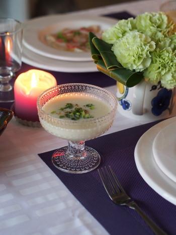 食器のおしゃれな組合せや洗練された色使いなど、とっても素敵なテーブルコーディネートですね◎。華やかな存在感を放つカステヘルミのボウルは、フルーツやデザート、冷製スープなど様々なお料理をより美味しそうに引き立ててくれます。