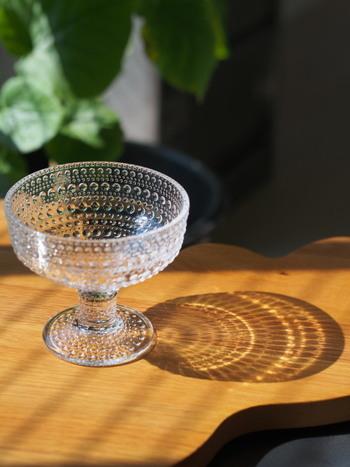 まるでしずくのような、繊細な美しさを纏った『Kastehelmi(カステヘルミ)』シリーズのガラス食器。 光の角度によって多彩な表情を見せるユニークなドット模様、ガラス特有の透明感、北欧らしいモダンで洗練されたフォルムなど。 様々な魅力を宿したカステヘルミシリーズの食器は、普段の何気ない料理をより美味しそうに引き立ててくれます。
