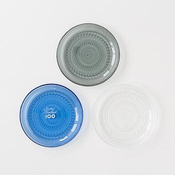 普段使いに最適なシンプルなデザインの「プレート」は、透明感あふれるガラスの質感が様々なお料理を引き立ててくれます。大・中・小の3種類の大きさを展開しているので、シーンや料理に合わせて一枚ずつ揃えておくと便利ですよ。