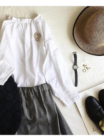 小菅幸子さんの作るブローチは、ちょっぴりお洋服が寂しいと感じた時に最適。白のブラウスに、リースのようなブローチで爽やかなアクセントを。