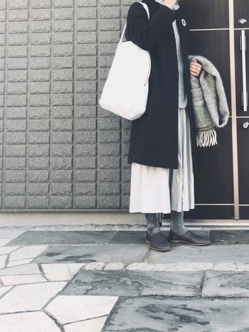 寂しくなりがちな冬のコーディネートも、ワンポイントでぐっと明るいイメージに。コートの上からつけるのもおすすめです。