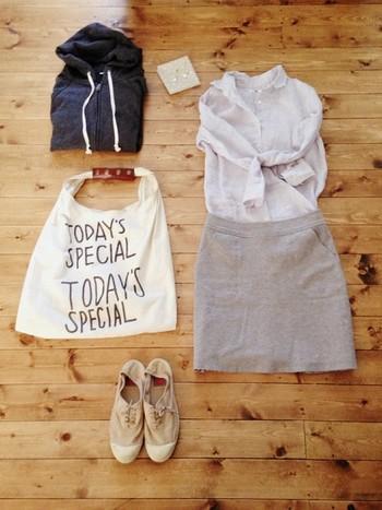 カラーバリエーションが豊富なのもベンシモンの人気の秘密です。シャツとスカートにさり気なくベンシモンのスニーカーを合わせれば、こなれ感のある着こなしに。