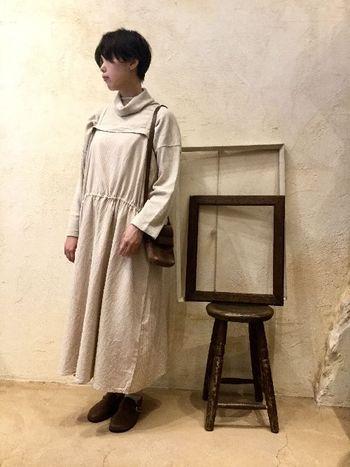 シンプルなnest Robeのワンピースは着心地もとっても柔らか。タートルネックと合わせた、これからの季節にぴったりのあたたかなコーディネート。