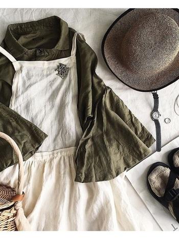 ナチュラルな雰囲気いっぱいのcheerのワンピースを主役にしたコーディネート。エプロンタイプのシンプルなワンピースには、帽子やバッグでアクセントを。