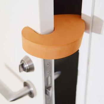 ドアに挟めば隙間作りに。ストレートタイプのドアノブの取っ手に付ければ、ドアのロックをしてくれます。猫ちゃんのいたずら防止に。