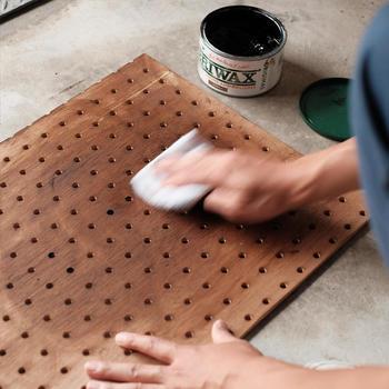 表面までしっかりヤスリがけをしたら、次にお部屋のインテリアに合わせて塗料で着色します。その後、30分ほど置いて乾燥したら、乾いた布で乾拭きします。