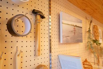 壁一面を有孔ボードにして、お気に入りの絵を飾ったり、散らかりがちな物を描けたり、自由にインテリアと収納を楽しむのも素敵。
