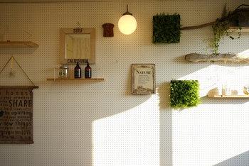 同じく、壁面有孔ボードで、小さな棚を作ればより収納力も高まり、見栄えもアップします。