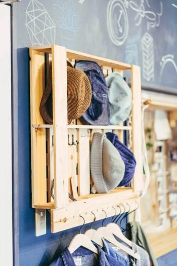 帽子はまとめて有孔ボードに収納し、ハンガーを穴に差し込んで洋服を描けておくのも◎。リビングに同じ物を置けば、来客用のハンガーラックとしても活躍してくれそう。