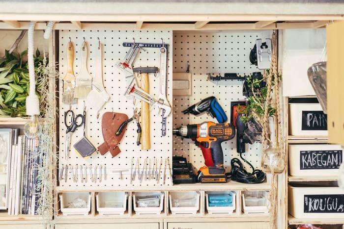 押し入れやワードロームの中の収納も有効ボードを使えば、見やすく使いやすい収納スペースに。空間をムダなく活用できそう。