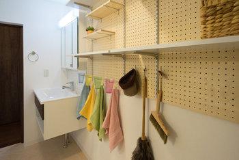 サニタリースペースにも有孔ボードがあると便利。よく使う掃除道具など描けたり、棚を作ってタオルや洗剤などを置いたりしてスッキリ収納を。これならお客様に見られても大丈夫。