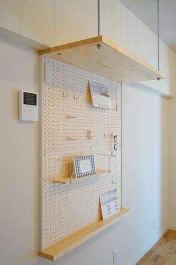 棚と有孔ボードの組み合わせも◎。お気に入りの写真を飾ったり、棚の上にボックスを置いてあまり使わない物を収納すれば、しっかり収納ができるうえに、見た目もスッキリ。