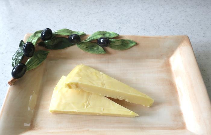 深いコクと苦味が特徴のチェダーチーズは6カ月以上熟成され、赤ワインのお供にぴったりです!