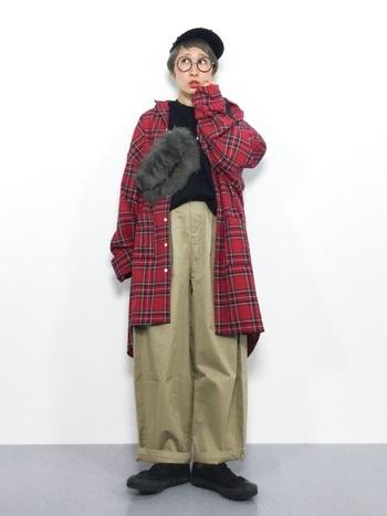 オーバーサイズのチェックシャツは、ラフにアウター風使いを。ボーイッシュながらも、斜め掛けしたファーのバッグで、秋らしいお洒落を演出して。