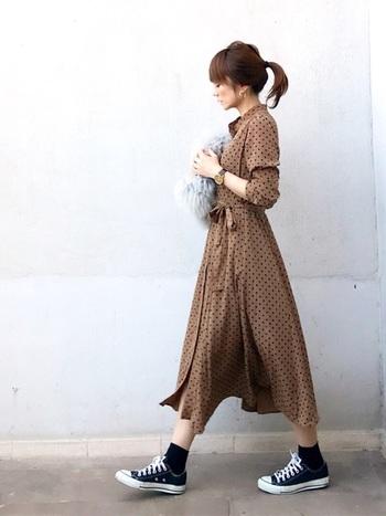 シルエットが印象的なドットワンピは、お嬢さん風になりがち。それも素敵ですが、スニーカーでカジュアルダウンすれば、普段のお出掛け着に。