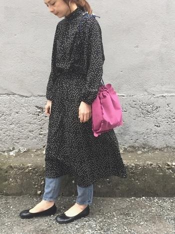 モノトーンドットのワンピには、細身デニムをプラスして。指し色のバッグも、秋らしい深ピンクを。