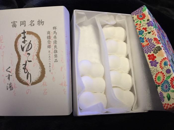 富岡市の銘菓、田島屋の「まゆこもり」。真っ白で美しい繭が、お湯を注ぐとくず湯に変身!抹茶や蜂蜜を加えても美味しくいただける、上品なお土産です◎