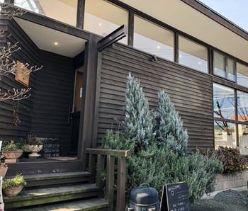 JR筑肥線 筑前前原駅より車で約5分程度の所にある「フルーレ」。こちらでは、糸島の食材を使った美味しいスコーンやタルトが食べられる事で人気を集めています。おしゃれな木造の建物が目印です。