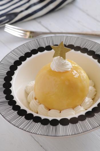 桃をまるごと一個使った贅沢なレシピ♪フォークやナイフで桃を割ると、中にはふわふわの生クリームが詰まっています。お客様へお出しするスイーツにもぴったりです。