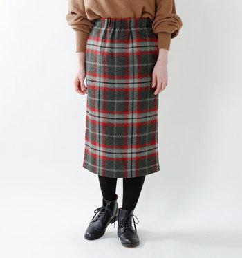 チェック柄を大人っぽく取り入れたい時におすすめなのがタイトスカート。ひざ下丈で女性らしさをグッと引き出してくれます。足元に、ショートブーツを合わせるとシーズンムード漂う着こなしに仕上がりますよ♪