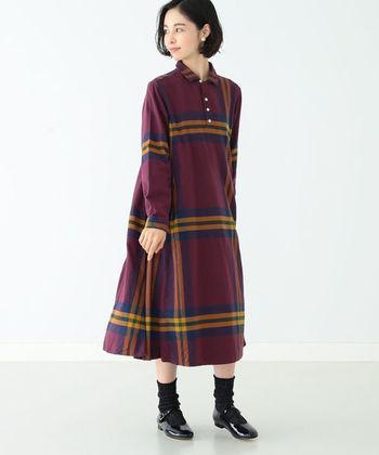 1枚でサマになるチェック柄ワンピースは、ワードローブの1着として持っておくと便利なアイテム。秋色ボルドーのチェック柄ならば、足元にブラックを合わせてプレッピー感を演出してみるのもいいですね。