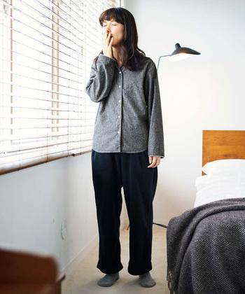 帰宅後は、リラックスして過ごせる部屋着に着替える方が多いと思います。また中には、寝るときもその部屋着を着ている方がいらっしゃるかも知れません。  けれど心地よい睡眠には、「これから眠りにつく」という、気持ちのスイッチングが大切。「部屋でくつろぐための部屋着」ではなく、「ぐっすり寝るためのパジャマ」に着替え、眠りにつきやすい環境を着るものから整えていきましょう。