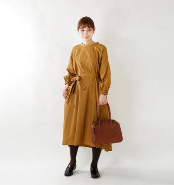 マスタードカラーのワンピースには、ヴィンテージな形のハンドバッグを合わせて。そのこっくりとしたキャメル色と相まって、コーディネート全体の秋らしさは満点♪