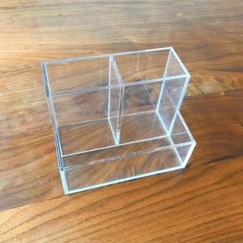 こちらは「アクリル小物スタンド」。高さの違う細かいものを仕分けて収納するのに便利なんです。