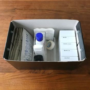 こちらは、救急ボックスの中の仕切りとして使用しています。消毒液とテープなど、大きさや高さの違うものをすっきり収納することができます。