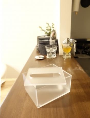 2分の1サイズの「アクリル卓上用ティシューボックス」もあります。こちらは洗面所などで場所を取らずに使えると人気ですが、実は収納にも役立つんです!