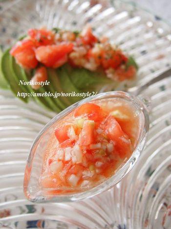 フレッシュで甘酸っぱい「トマトだれ」は、ベースに使う調味料によってバリエーションが広がります。例えば、先ほどのねぎ塩だれに加えると、よりさっぱりした味わいに。